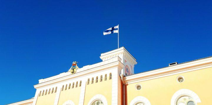 Raatihuoneen tornissa Suomen lippu Finska flagga i Rådhustornet