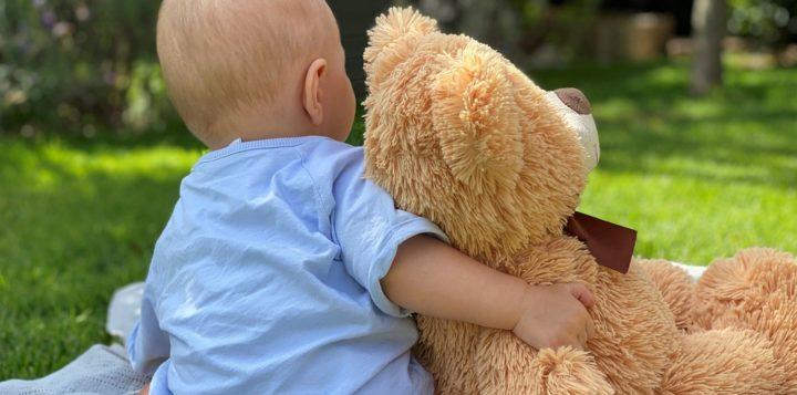 Vauva halaa nallea