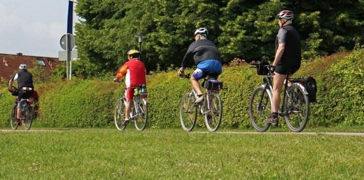 Pyöräilijöitä maaseudulla Cyklister på landet