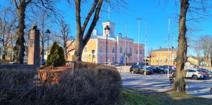Loviisan raatihuone Kirkkopuistosta keväällä. Rådhuset i Lovisa från Kyrkoparken på våren