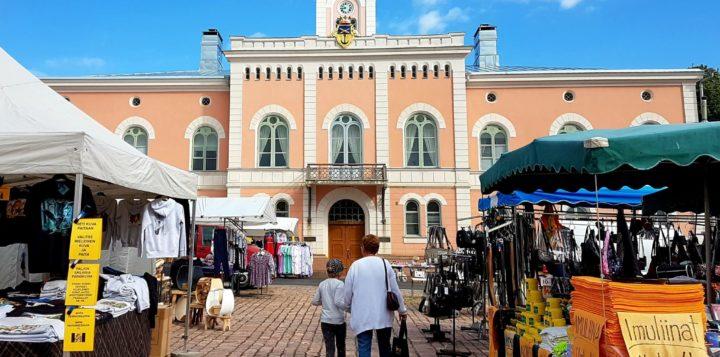 Juhannusmarkkinat Loviisan torilla. Midsommarmarknad på Lovisa torg.