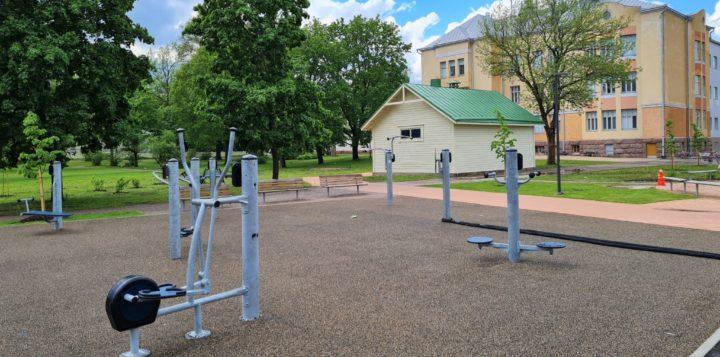 Kuntoilulaitteita. Motionsredskap. Lovisavikens skola - Lovisa Gymnasium