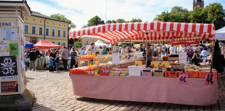 Värikäs markkinakoju - Färggrann marknadsbod