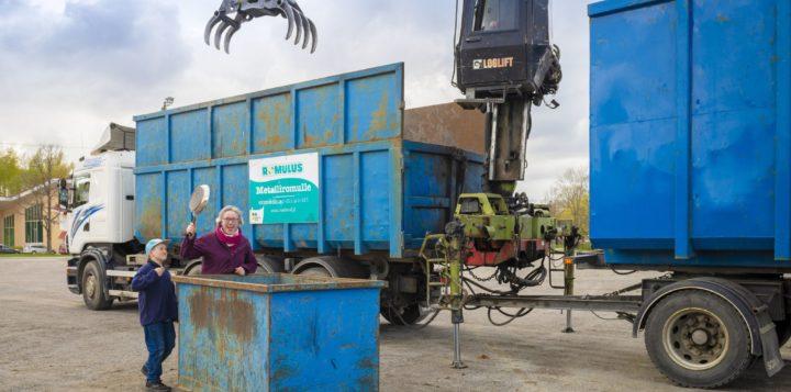 Metalliromun keräysauto. Insamlingsbil för metall.